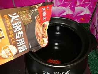 韩式海鲜锅,砂锅烧热后倒油、下韩式火锅专用酱炒出香味