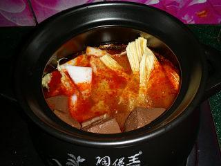 韩式海鲜锅,然后依次放入大白菜埂、腐竹、鸭血和适量清水