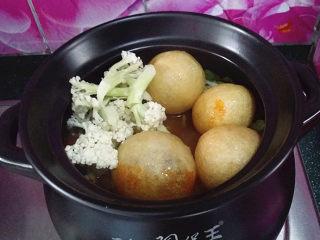 韩式海鲜锅,接着下花菜和面筋包、加盖大火继续