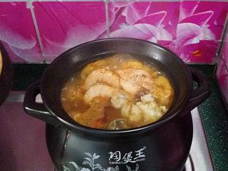 韩式海鲜锅,继续大火,一会儿就沸腾了