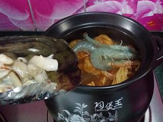 韩式海鲜锅,待再次煮开后放入对虾和带子