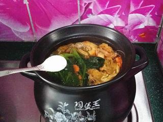 韩式海鲜锅,最后根据咸淡加点食盐调味既可