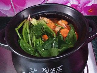 韩式海鲜锅,这时可以下入菠菜和胡萝卜