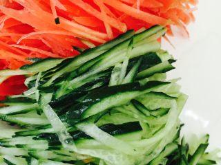 石锅拌饭,将胡萝卜和黄瓜沥干水分后切成细丝备用