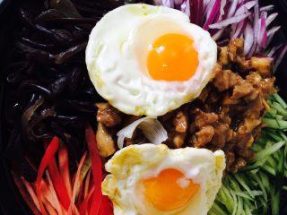 石锅拌饭,事先煎好2个鸡蛋,不要太熟,蛋白熟蛋黄不熟即可,呆会还要加热