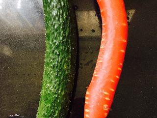 石锅拌饭,将黄瓜和胡萝卜洗干净