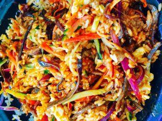 石锅拌饭,把所有食材搅拌均匀,就可以开吃了,饭菜一锅,营养又美味的石锅饭就做好了!