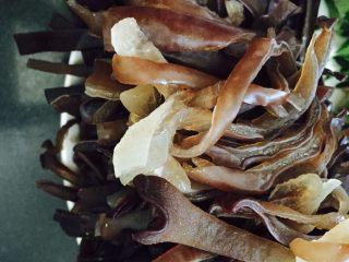 石锅拌饭,木耳煮熟后捞出沥干水分切成丝备用