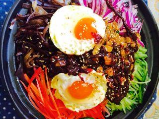 石锅拌饭,石锅加热到很烫的时候,听到里面滋滋的声音后就可以关火了,上面撒上些白芝麻,再加入韩式辣椒酱