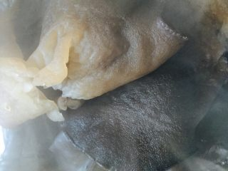 石锅拌饭,锅中放入适量清水将木耳基本煮熟