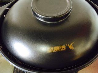 石锅拌饭,小火加热石锅,盖上锅盖焖煮一会儿