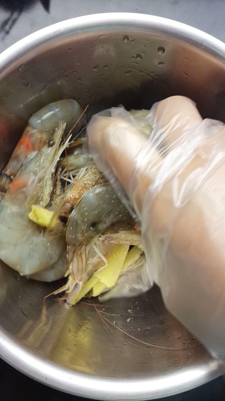 避风塘炒虾,用手抓匀腌制半小时
