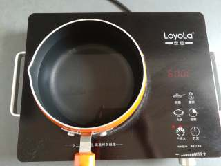 凉拌米粉 ,小锅里装入适量的水加热
