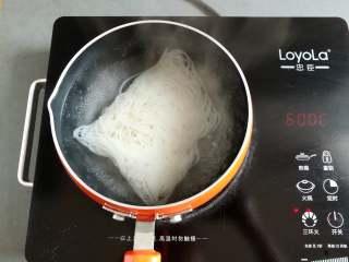 凉拌米粉 ,把干米粉放到小锅里