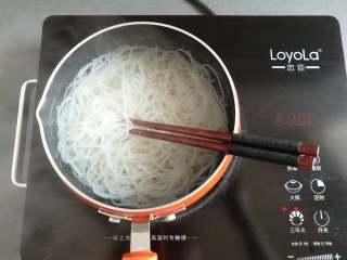 凉拌米粉 ,用筷子翻动一下米粉,防止粘锅