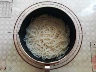 凉拌米粉 ,倒掉小锅里的热水