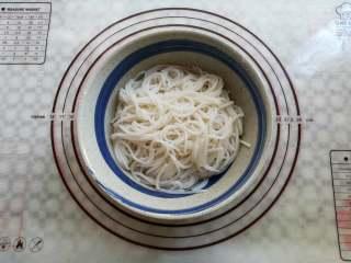 凉拌米粉 ,把米粉捞出来放到面碗里