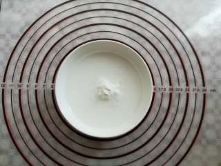 川味凉粉,碗里倒入100克豌豆淀粉