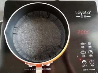 川味凉粉,小锅里装500克水加热,烧到冒小泡泡转中火