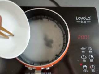 川味凉粉,凉粉浆倒入到小锅里