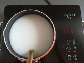 川味凉粉,快速的搅拌均匀凉粉浆
