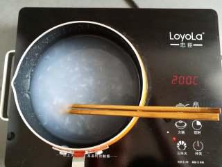 川味凉粉,煮到凉粉没有大的疙瘩关火(拍照过程中有少量的凉粉浆已经结块了)