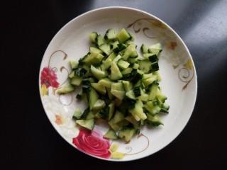 春天的味道  黄瓜豆浆,黄瓜切丁。