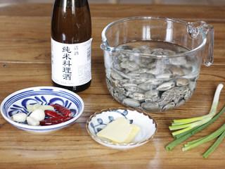 深夜食堂之酒蒸花蛤,准备好所有材料,喜欢辣一点的可以把红干椒的量增加一点,酒用的是日本的纯米料理酒,也可以直接用家里的白酒