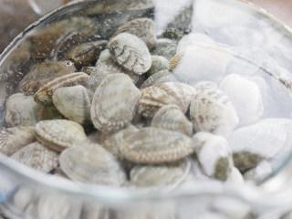 深夜食堂之酒蒸花蛤,市场买来的花蛤要询问商家是否已经吐净沙可以直接食用还是回家后需要泡水。 商家会有花蛤盐,可以索要一点回家浸泡花蛤。