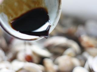 深夜食堂之酒蒸花蛤,加入一大勺生抽调味调色