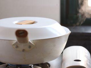 油焖笋,加盖小火焖煮。