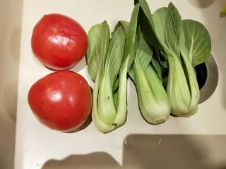 水晶豆腐番茄浓汤宝,番茄洗干净,小油菜洗干净。