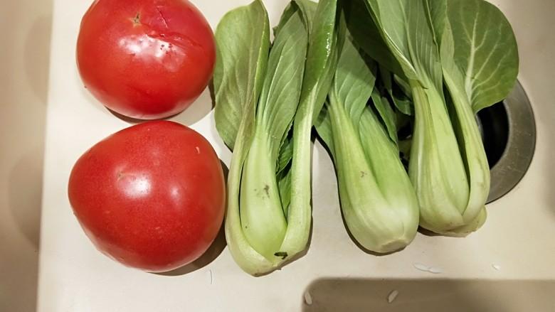 水晶豆腐番茄浓汤宝,<a style='color:red;display:inline-block;' href='/shicai/ 59'>番茄</a>洗干净,<a style='color:red;display:inline-block;' href='/shicai/ 6680'>小油菜</a>洗干净。