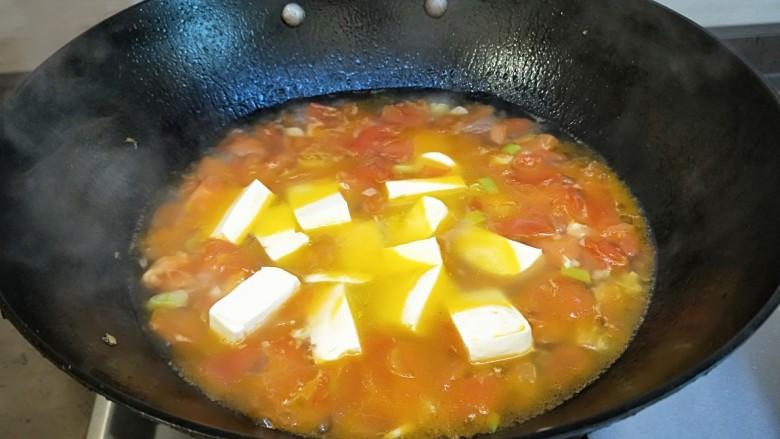 水晶豆腐番茄浓汤宝,倒入豆腐继续熬制。