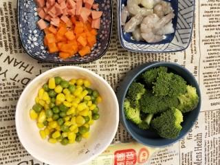 春色满园,胡萝卜和火腿肠切丁,虾去壳,挑去背上的虾线