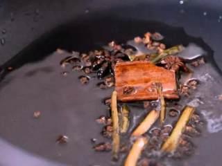 巨香无比的口水鸡,酱汁都想舔干净!,起油锅,下葱段、桂皮、八角、香叶、花椒,炒香