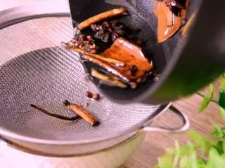 巨香无比的口水鸡,酱汁都想舔干净!,过筛,将热油倒在辣椒面上