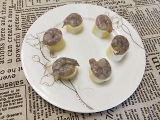 春色满园,将腌制好的虾放在日本豆腐上,冷水上锅蒸10分钟