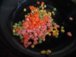 春色满园,倒入胡萝卜和火腿肠