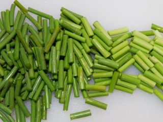 蒜苔炒鸡胗,蒜苔洗净,切成小段。