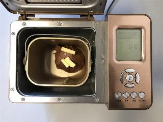 网红脏脏包,和面结束放入软化的黄油,继续和面10分钟