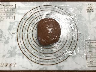 网红脏脏包,将面团整形成团后包上保鲜膜,冰箱冷藏60分钟。