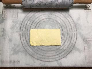 网红脏脏包,准备裹入黄油,我用的是片状黄油,尺寸为8CM*16CM。