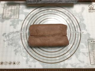 网红脏脏包,两边的面皮相内折,盖住黄油片,接缝处捏紧。