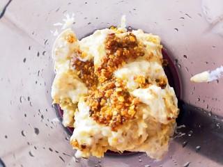 伪蛋黄酥~红薯豆沙球,把淡奶油红薯泥放入料理机,加入适量的自制桂花蜜(可选),打成细腻的红薯泥
