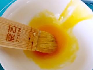 伪蛋黄酥~红薯豆沙球,蛋黄用小刷子打散
