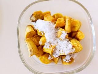 伪蛋黄酥~红薯豆沙球,红薯取出,加入白糖