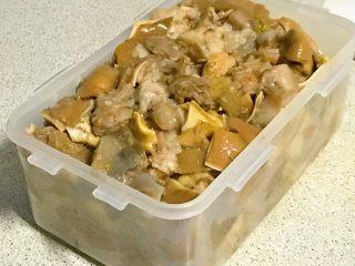 家乡食谱~猪头肉,装到保鲜盒里。