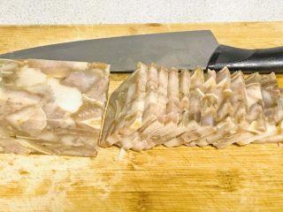 家乡食谱~猪头肉,随你切成什么样子的都可以,准备一碗蒜茸辣椒酱。