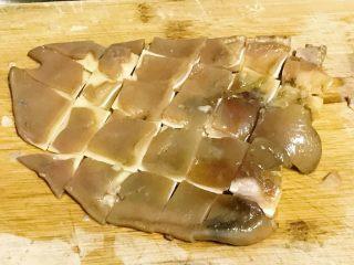 家乡食谱~猪头肉,凉透后,捞出切块,猪耳朵的骨都软了,切成小块。